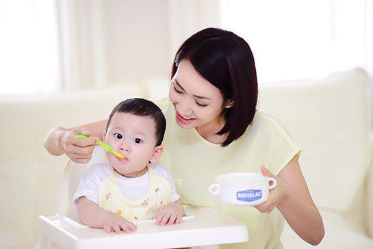 Đặc điểm tâm lý và các rối loạn do căn nguyên tâm lý ở trẻ nhỏ lứa tuổi bồng bế - ảnh 2