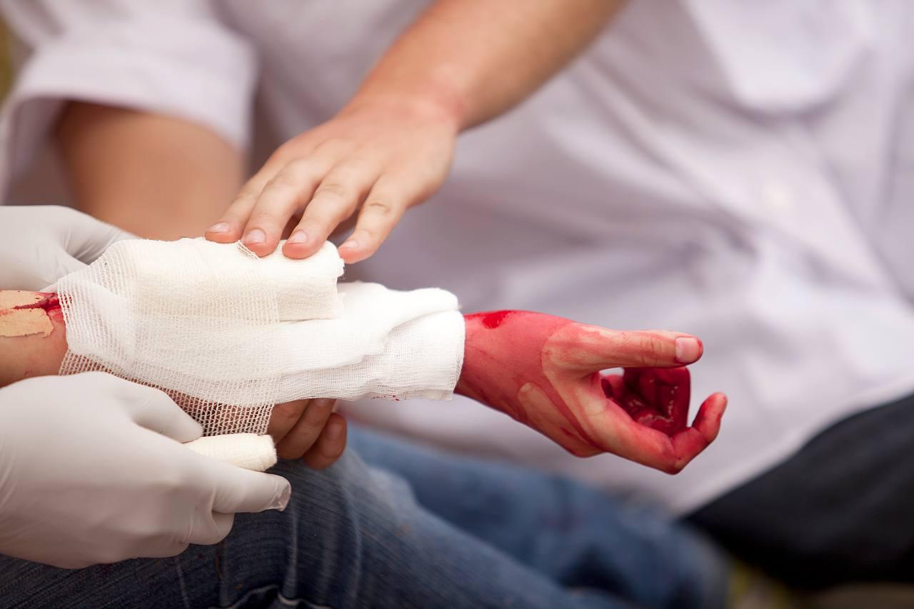Gãy xương có biến chứng nguy hiểm nếu không điều trị sớm - ảnh 1