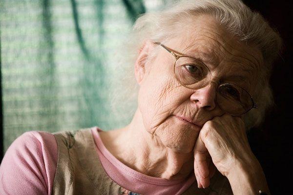 Hướng dẫn chăm sóc tại nhà cho người bị thoái hóa điểm vàng thể ướt - ảnh 1
